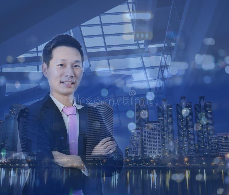 Das Doppelbelichtungsbild des Geschäftsmannes mit Stadtbildbild lizenzfreie stockfotos