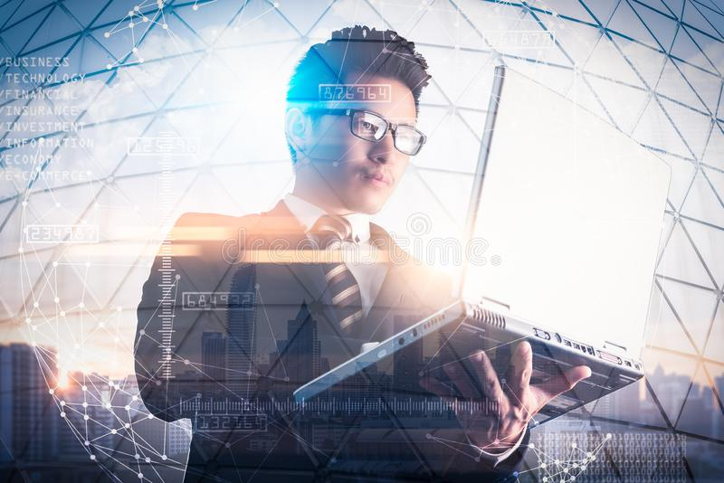Das Doppelbelichtungsbild des Geschäftsmannes unter Verwendung einer Laptop-Computers während des Sonnenaufgangs überlagerte mit  stockfoto