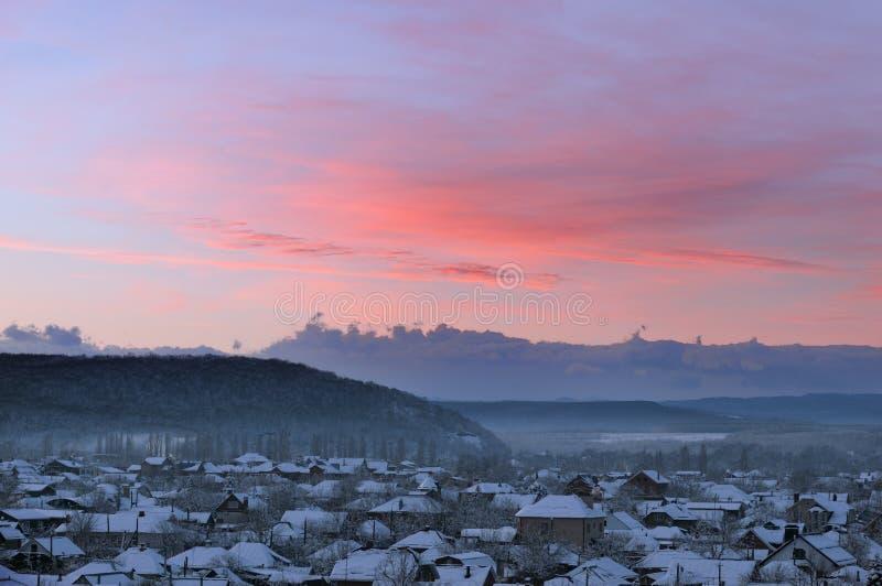 Das Dorf in den Bergen an der Dämmerung stockbild