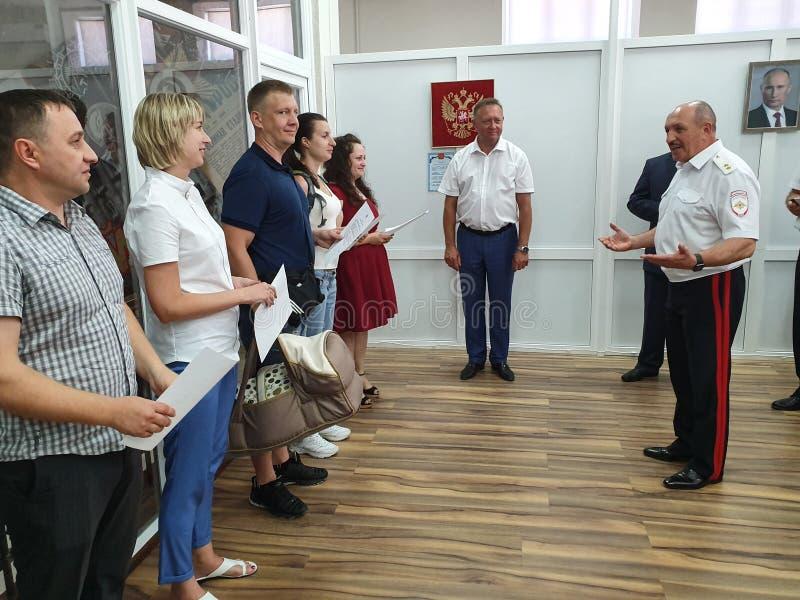 DAS DORF POKROVSKOYE, NEKLINOVSKY-BEZIRK, ROSTOW OBLAST, RUSSLAND am 14. Juni 2019 die Eröffnung einer Mitte für die Ausgabe von  lizenzfreie stockbilder