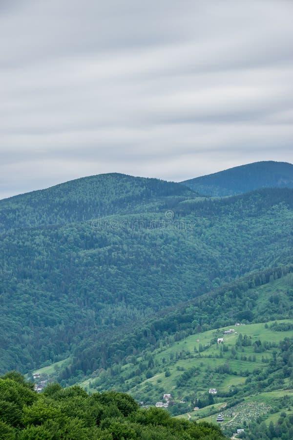 Das Dorf und der Kirchhof auf den Hügeln lizenzfreies stockfoto