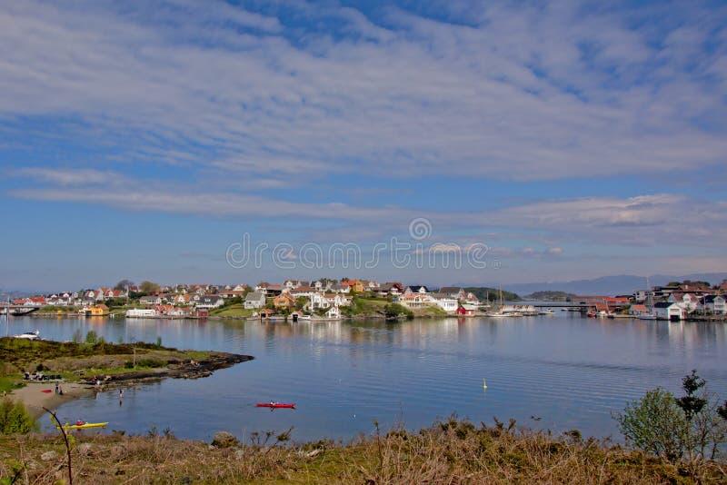 Das Dorf von Bjørnøy auf einer Insel in Norwegen stockfotografie