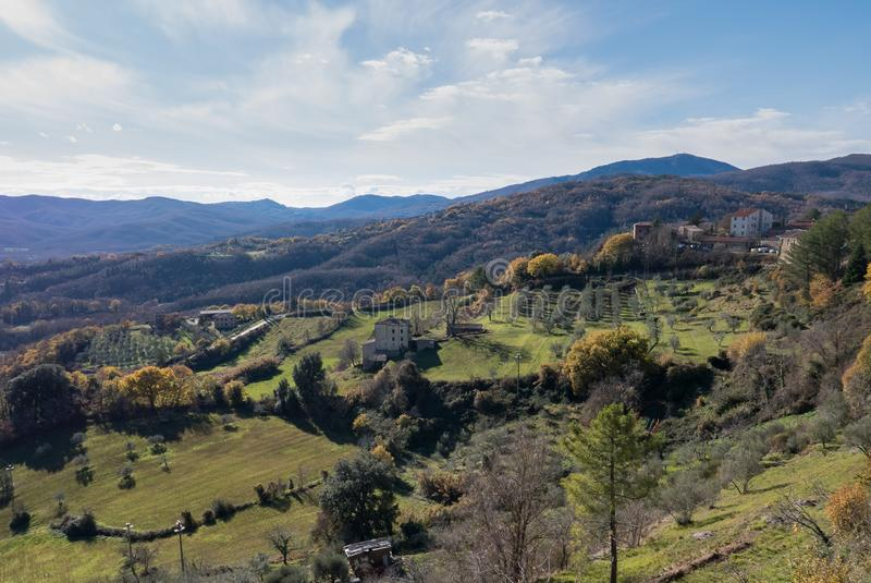 Das Dorf von Chiusdino, in einer ausgezeichneten Position zwischen lizenzfreies stockbild