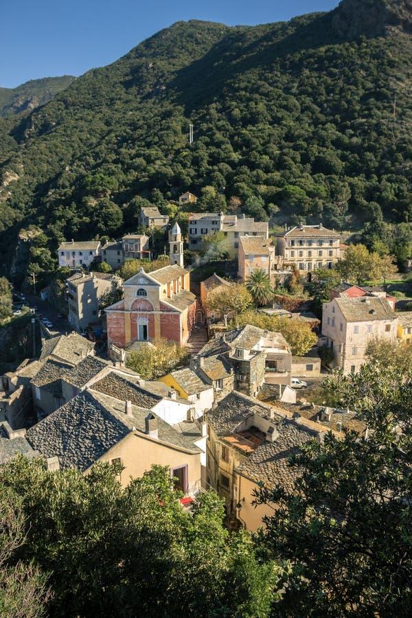 Das Dorf von Nonza, mit ihm ` s Kirche, Korsika, Frankreich stockbilder