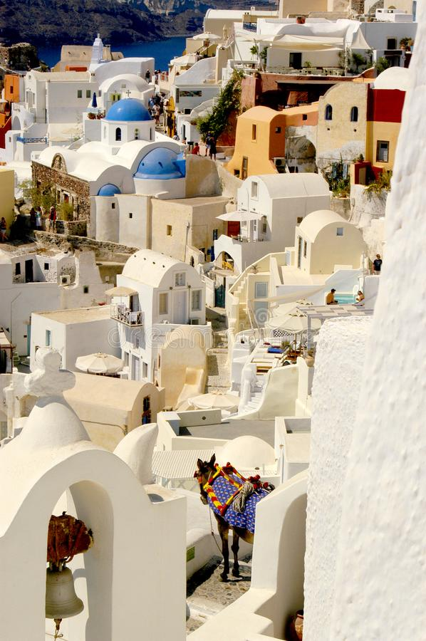Das Dorf von Oia auf Santorini mit bunten ikonenhaften Gebäuden und großartigen Ansichten stockbilder