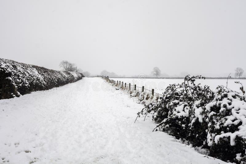 Das Dorf von wenig kineton im Schnee und im Eis stockfoto
