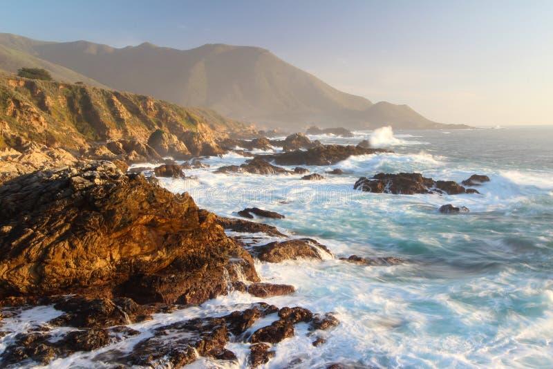Das drastische Zusammenstoßen bewegt bei Sonnenuntergang auf Big- Surküste, Garapata-Nationalpark, nahe Monterey, Kalifornien, US stockbild