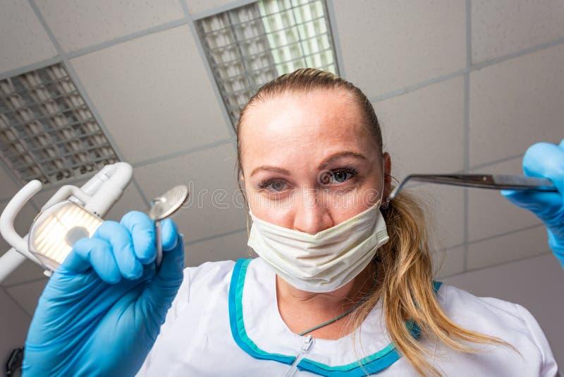Das durchbohrende Anstarren des Zahnarztes, Ansicht von unterhalb lizenzfreie stockfotos