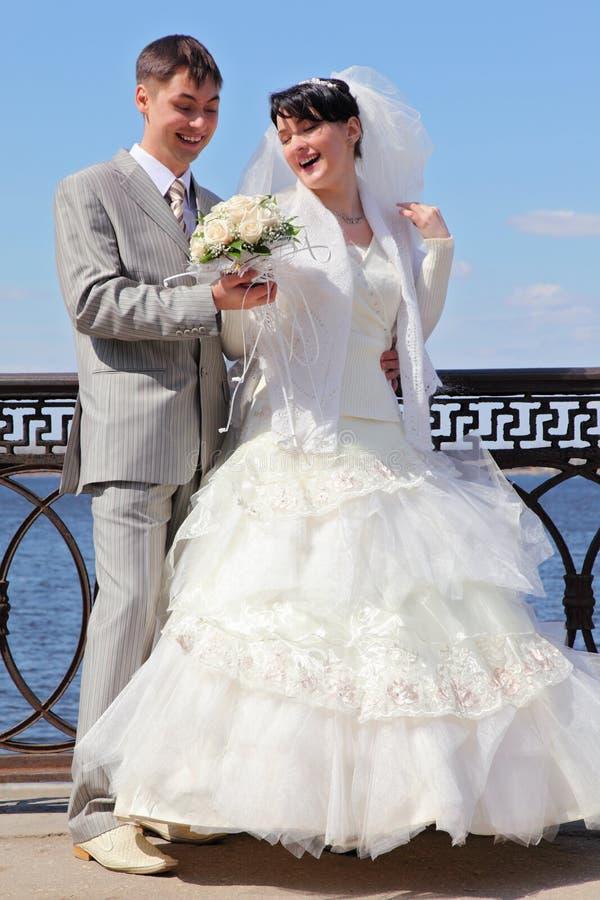 Das eben verheiratete Paar nahe Fluss stockfotos