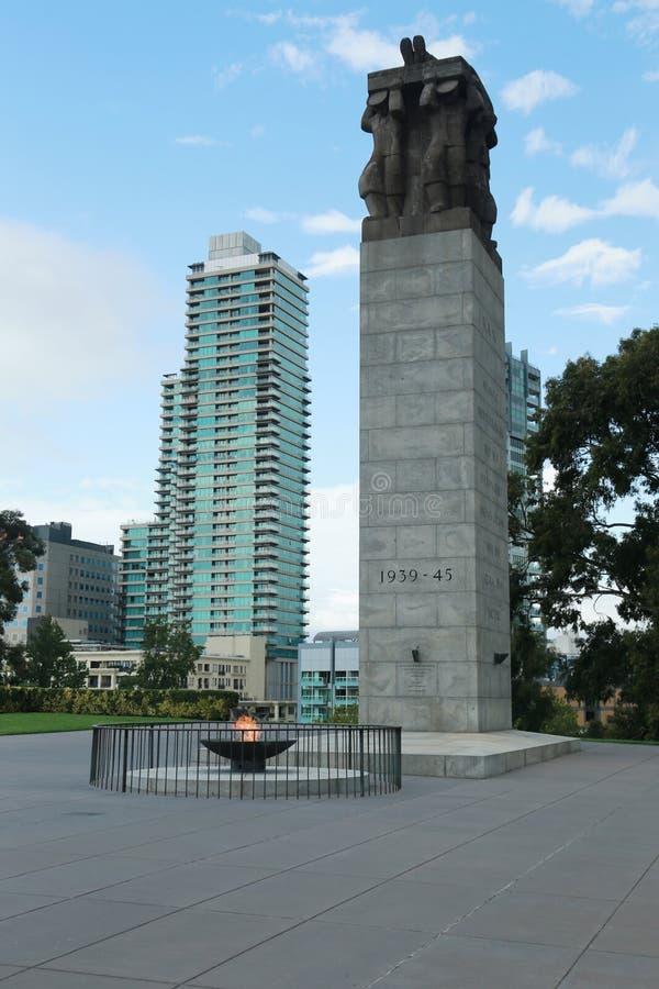Das Ehrengrabmal und die ewige Flamme nahe dem Schrein der Erinnerung in Melbourne, Australien lizenzfreie stockfotos