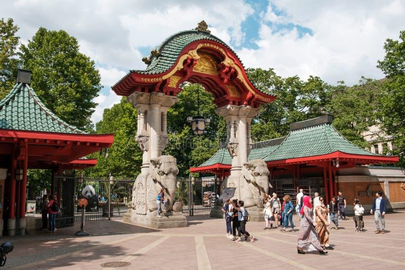 Das Eingangs-Tor-Elefant-Tor Berlin Zoos/das zoologisch lizenzfreies stockbild