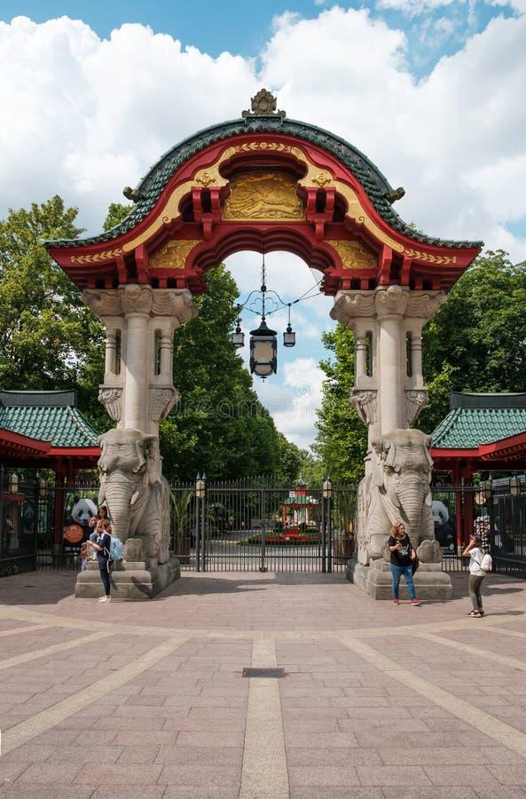 Das Eingangs-Tor-Elefant-Tor Berlin Zoos/das zoologisch stockbilder