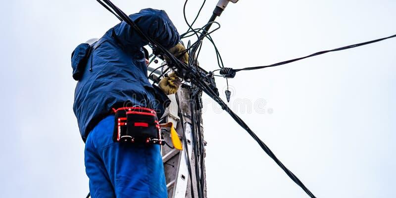 Das Elektriker vysotnik macht Installation von den Stromnetzen lizenzfreie stockfotos