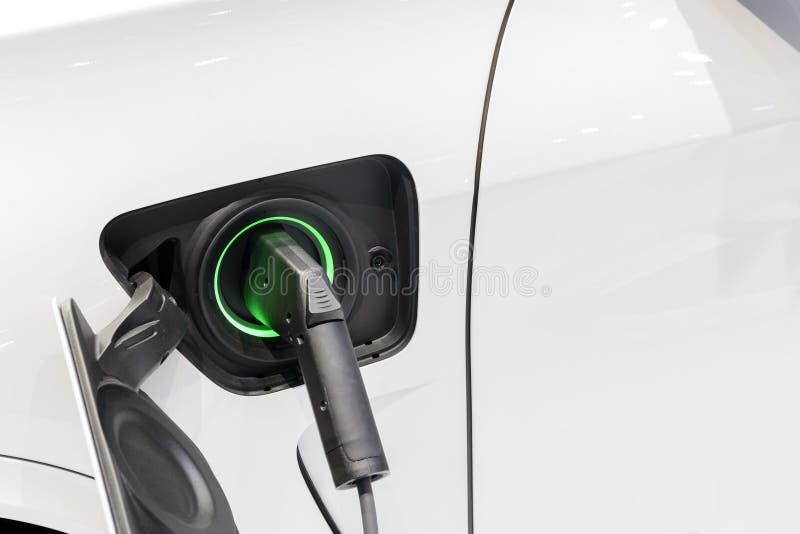 Das Elektroautoladegerät schloss zum Sockel an lizenzfreie stockfotografie