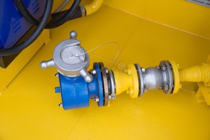 Das Empfängerrohr und das Ventil der Tankstelle stockbilder