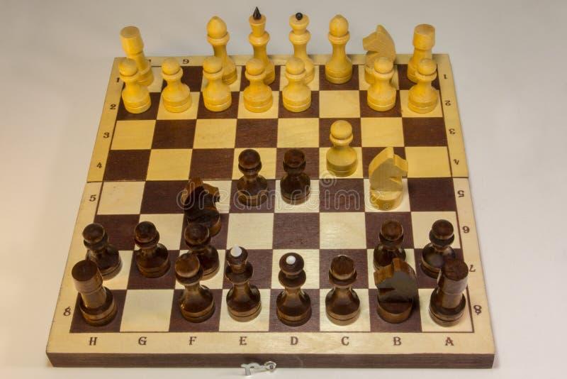 Das englische Gambit ist eine Schachöffnung, die mit den Bewegungen anfängt stockbild