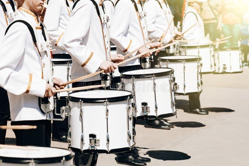 Das Ensemble von Schlagzeugern im weißen Festkleid lizenzfreies stockbild