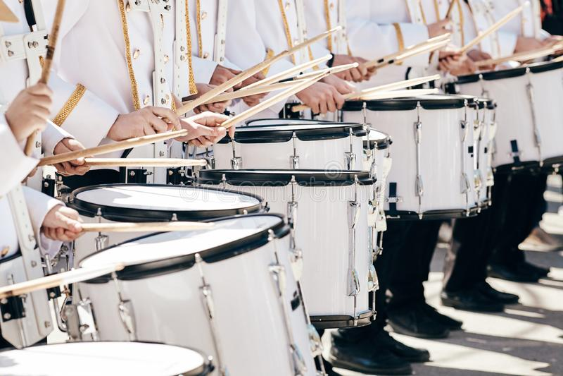 Das Ensemble von Schlagzeugern im wei?en Festkleid lizenzfreie stockfotos