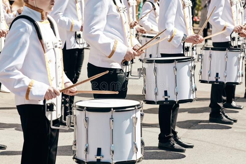 Das Ensemble von Schlagzeugern im wei?en Festkleid lizenzfreie stockbilder