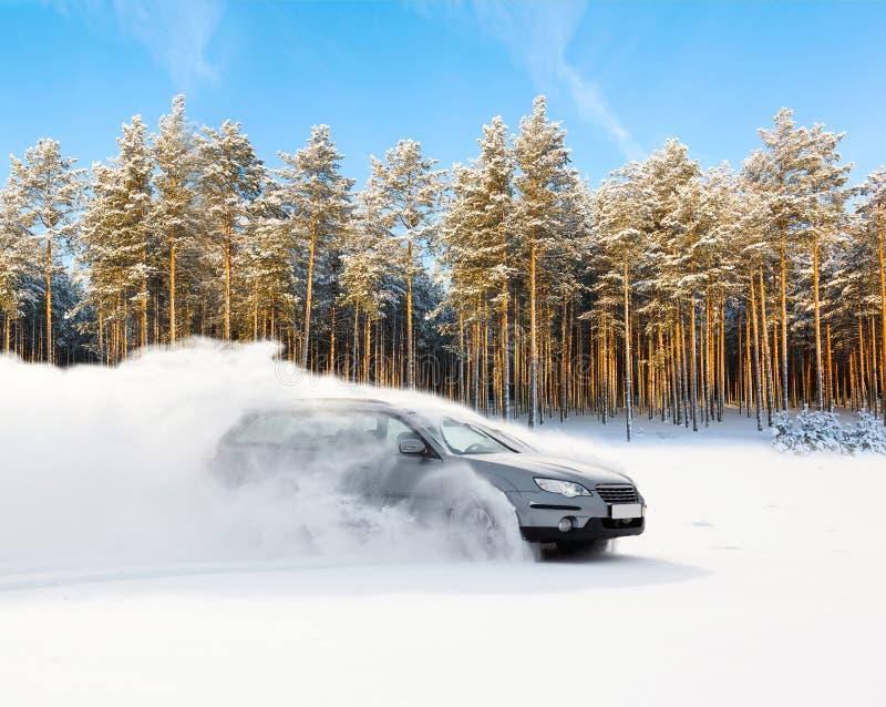 Das extreme Fahren, das Auto bewegt sich schnell über den glatten Schnee und stellt einen Spray des Schnees her stockfotografie