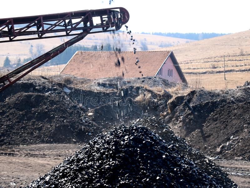 Das Förderband stößt Kohle aus stockfoto