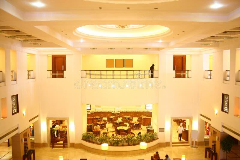 Das fünf Stern-Hotel-Vorhalle und Geldstrafe speisen Gaststätte stockbilder