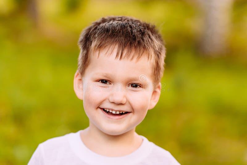 Das Fünfjahreskind, das auf unscharfem Hintergrund lächelt stockfoto
