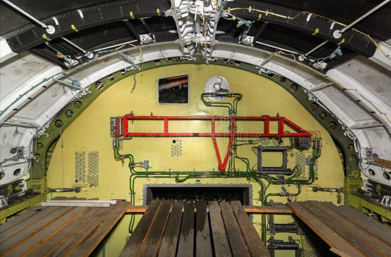 Das Fach zwischen der Nase und dem unfertigen der Laderaum des Raumschiffes stockfotografie