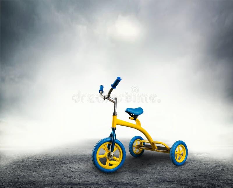 Das Fahrrad des gelbes Kindes stockbilder