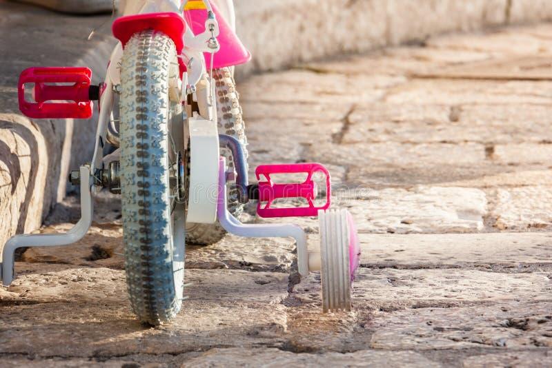 Das Fahrrad des Kindes lizenzfreie stockfotos