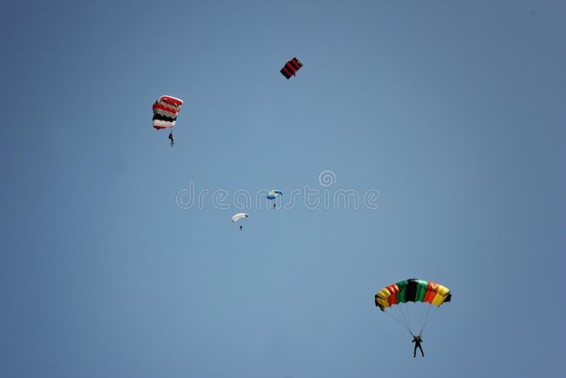 Das Fallschirmspringen ist eine gute Gelegenheit, eine Erregung zu erfahren stockbild