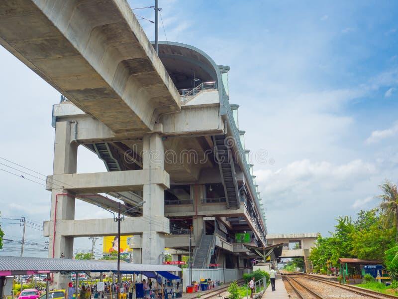 Das Fassadengebäude der Lat krabang Flughafen-Schienenverbindungsstation ist Hochgeschwindigkeitsbahnstrecke nach inneres Bangkok lizenzfreies stockbild