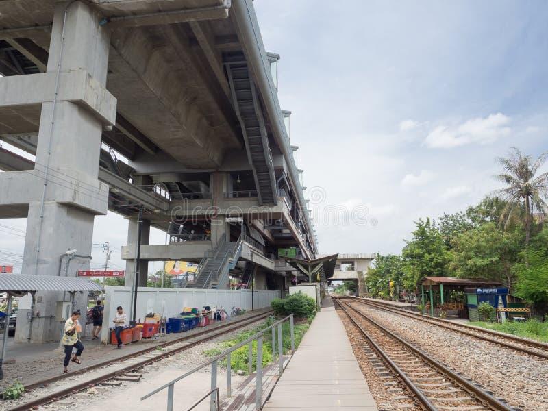 Das Fassadengebäude der Lat krabang Flughafen-Schienenverbindungsstation ist Hochgeschwindigkeitsbahnstrecke nach inneres Bangkok lizenzfreie stockbilder