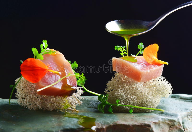 Das feine Speisen, frischer roher ahi Thunfischsashimi diente auf einem Ozeanschwamm lizenzfreie stockfotografie
