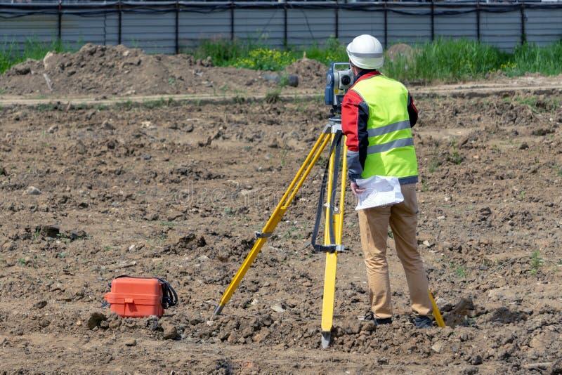 Das Feldmesser schießt auf eine Baustelle stockfotografie