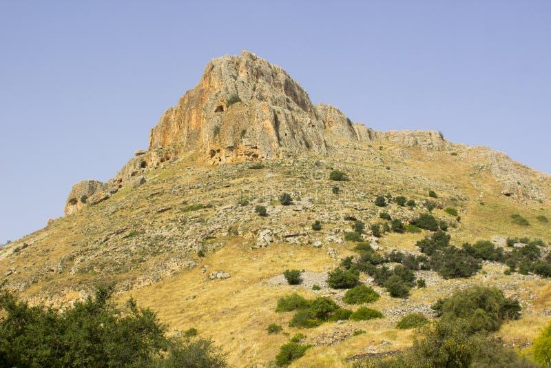 Das Felsengesicht des Bergs Arbel n das Tal der Tauben in Israel lizenzfreie stockfotos