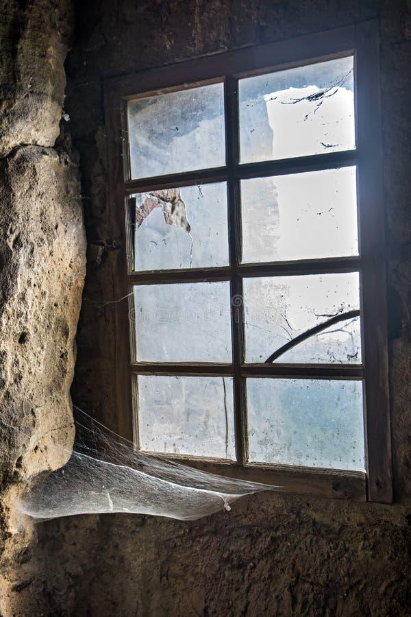 Das Fenster in der Steinwand lizenzfreie stockbilder