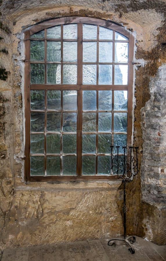 Das Fenster in der Steinwand des Schloss-Felsens lizenzfreies stockfoto
