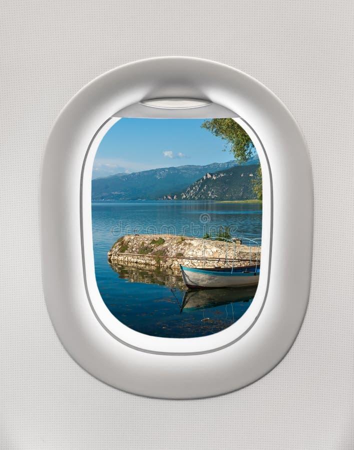Das Fenster einer Fläche zum Ohrid See heraus schauen stockbild