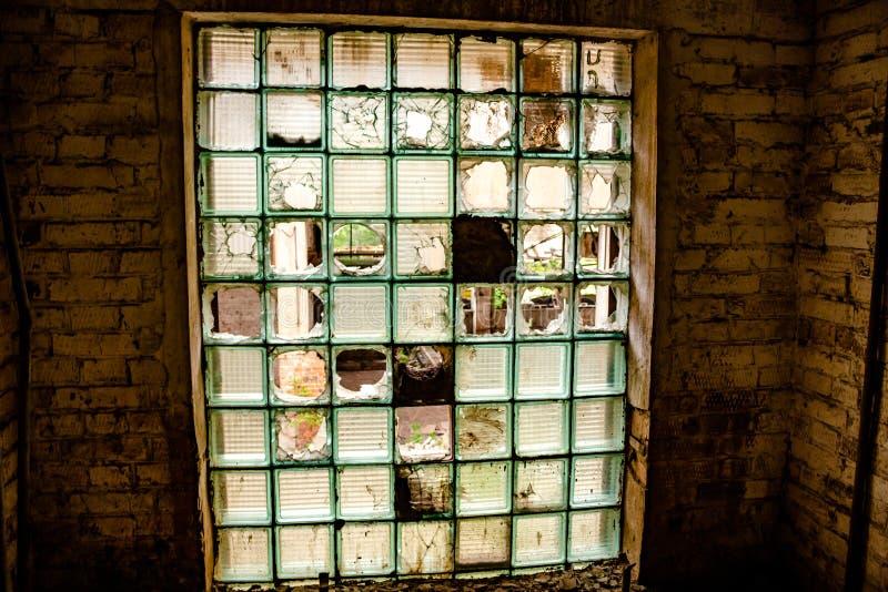 Das Fenster einer verlassenen Fabrik lizenzfreie stockbilder