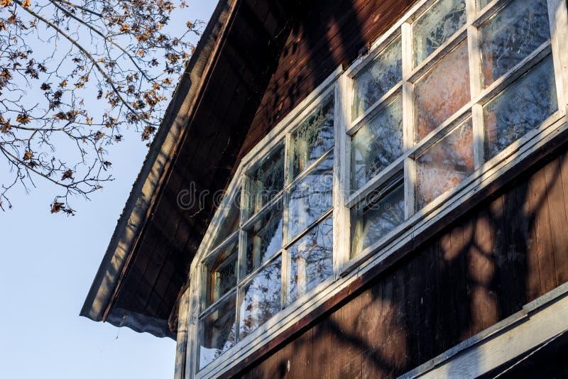 Das Fenster eines Holzhauses bereift lizenzfreie stockfotografie
