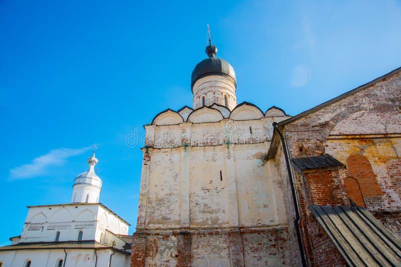 Das Ferapontov-Kloster ist ein 15-18century Ansicht von der Mitte des Kovzha-Flusses Russland stockbild