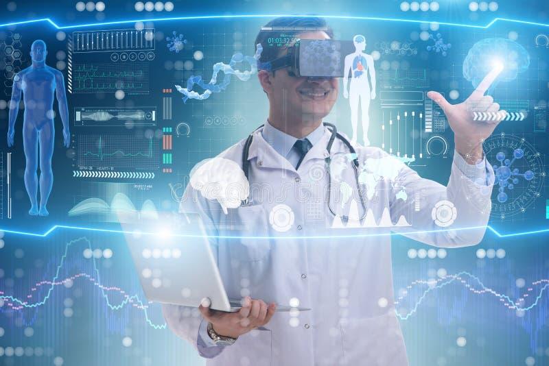 Das Fernmedizinkonzept mit Doktor tragenden vr Gläsern stockbild