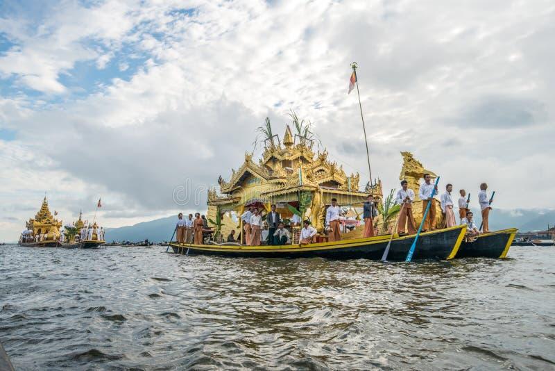 Das Festival von Pagode Phaung Daw Oo am Inle See von Myanmar lizenzfreie stockfotos