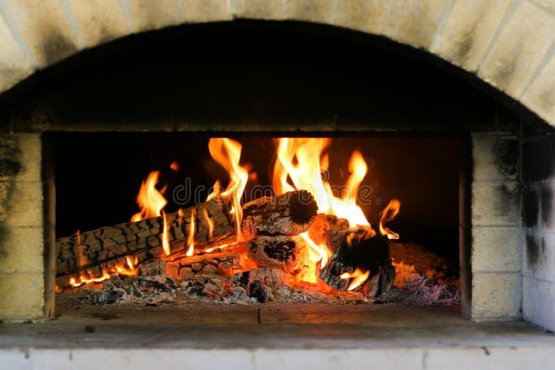 Das Feuer des Ofens ist Lit lizenzfreie stockbilder