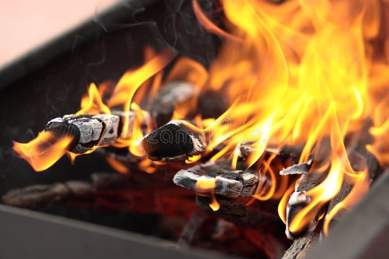 Das Feuer im Grill stockfotos
