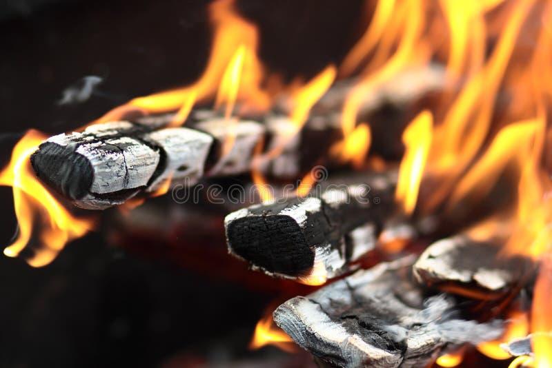 Das Feuer im Grill stockbild