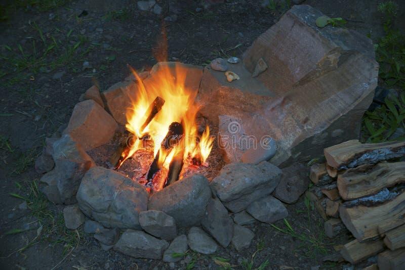 Das Feuer im Steinherd stockfotos