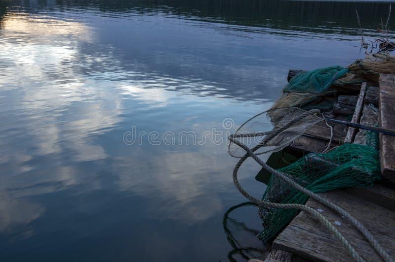 Das Fischenwerkzeug für Fischer auf dem See, dem Gitter und dem Kerl part2 stockfotografie