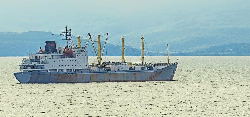 Das Fischerboot am grauen Morgen auf Pazifischem Ozean lizenzfreies stockfoto
